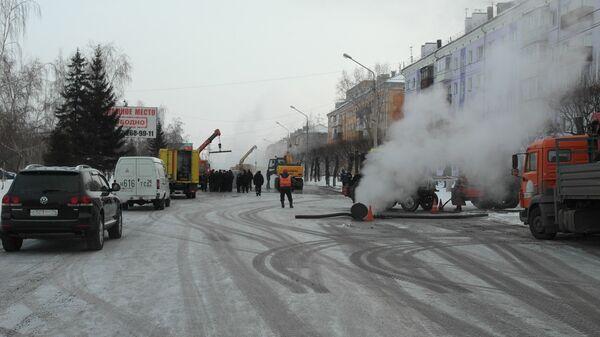 Сотрудники МЧС и коммунальных служб на месте порыва трубы теплоснабжения в Красноярске. 1 декабря 2017