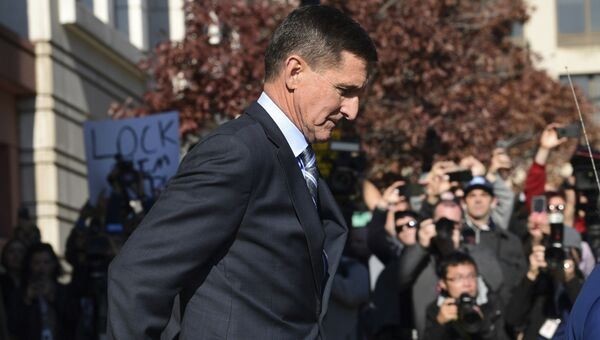 Бывший советник президента США по национальной безопасности Майкл Флинн покидает здание суда в Вашингтоне, США. 1 декабря 2017
