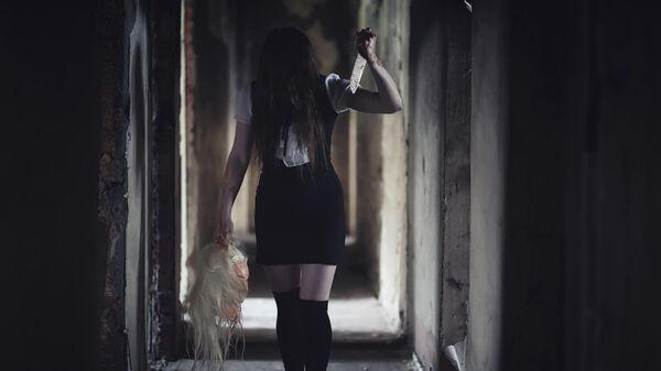 Девушка в костюме призрака