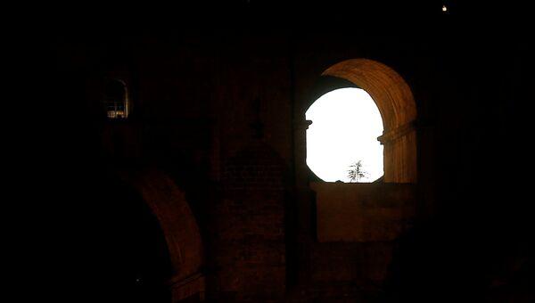 Луна виднеется через арку Пуэнте-Нуэво (Новый мост) в Ронде, Испания. 3 декабря 2017