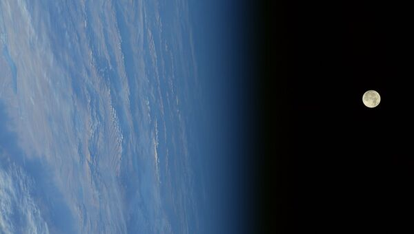 Фотография суперлуния, сделанная с борта МКС. 3 декабря 2017