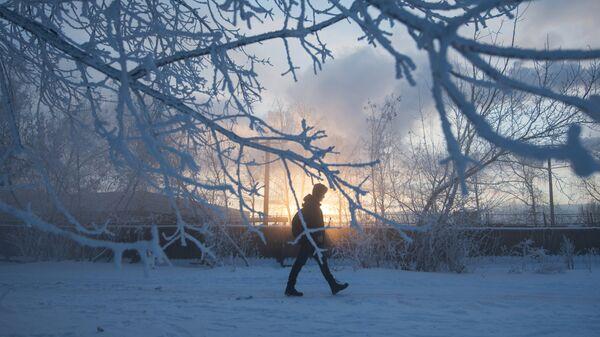 Прохожий на улице зимой