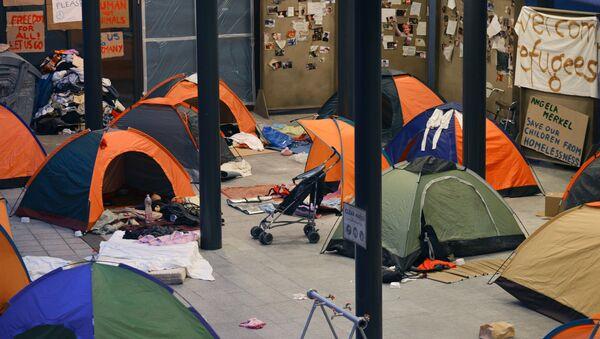 Опустевший палаточный лагерь беженцев у вокзала Калети в Будапеште. Архив