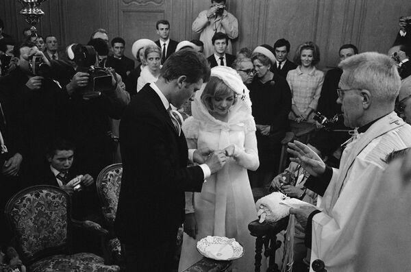 Джонни Халлидей и Сильви Вартан на свадебной церемонии. 12 апреля 1965