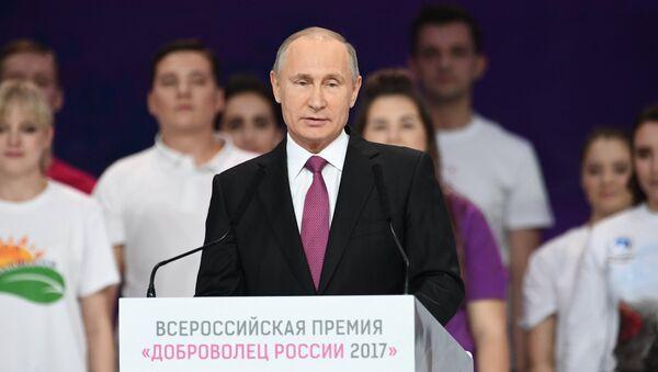 Президент РФ Владимир Путин выступает на церемонии вручения премии Доброволец России - 2017 во дворце спорта Мегаспорт в Москве. 6 декабря 2017
