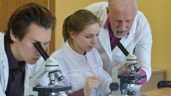 Студенты естественно-технологического факультета во время занятий