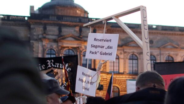 Активисты движения PEGIDA проводят акцию протеста в Дрездене
