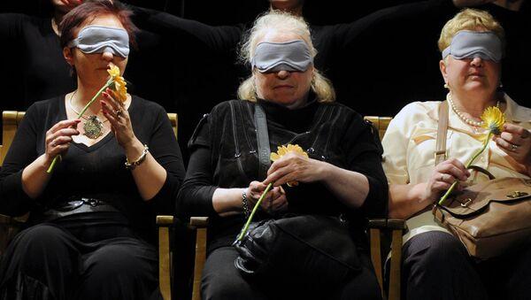 Зрители во время спектакля с закрытыми глазами. Архивное фото