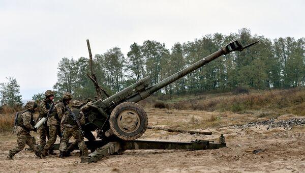 Украинские артиллеристы во время учений на стрельбище