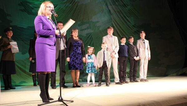 Министр образования, науки и молодежной политики Наталья Михальченкова во время вручения семье Щукиных из Сосногорска награды за победу в номинации Многодетная семья