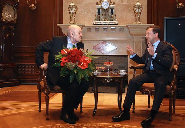 Президент России Дмитрий Медведев поздравил с юбилеем актера Московского государственного театра Ленком Леонида Броневого. 17 декабря 2008