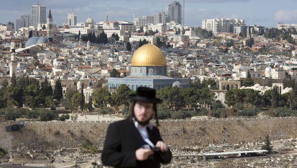 Ортодоксальный еврей  на кладбище возле мечети Аль-Акса в Старом городе Иерусалима. Архивное фото
