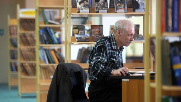 Посетитель в компьютерном зале Центральной универсальной научной библиотеки им. Некрасова. Архивное фото