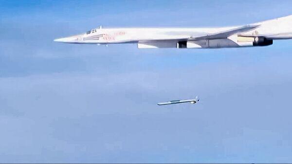 Запуск крылатой ракеты X-101 со стратегического бомбардировщика-ракетоносца Ту-160 Военно-космических сил России по объектам инфраструктуры ИГ в Сирии