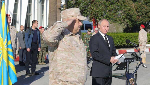 Владимир Путин и командующий российской группировкой войск на территории Сирии генерал-полковник Сергей Суровикин во время посещения авиабазы Хмеймим в Сирии. 11 декабря 2017