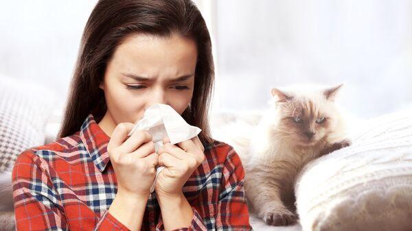 Девушка с аллергией на кошек