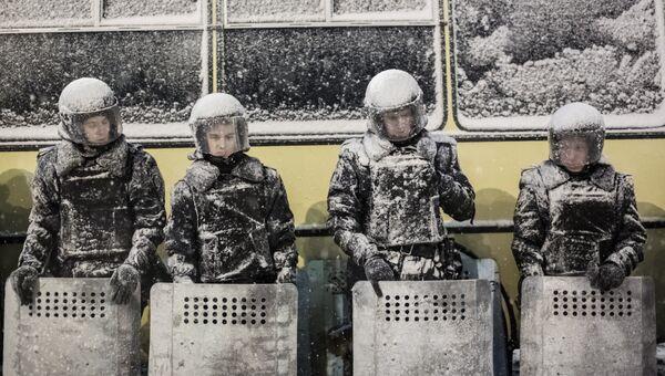 Сотрудники полиции в оцеплении на площади Независимости. Украина, Киев