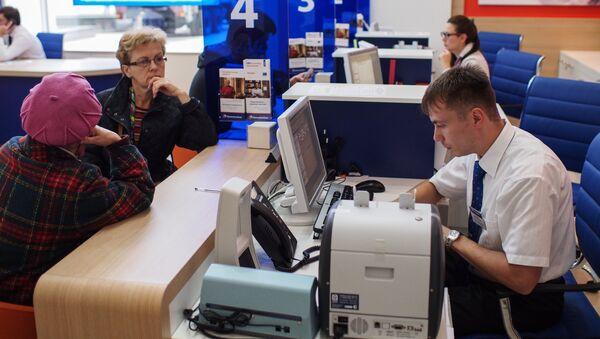 Посетители в офисе банка. Архивное фото