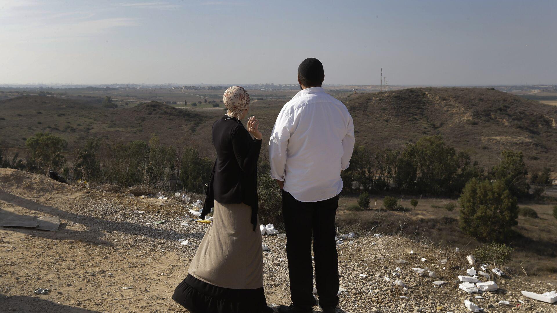 Израильтяне на фоне панорамы Сектора Газа на окраине израильского города Сдерот - РИА Новости, 1920, 15.06.2021
