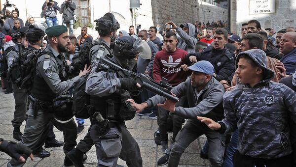 Столкновения палестинских протестующих с сотрудниками правоохранительных органов Израиля в Иерусалиме. 15 декабря 2017