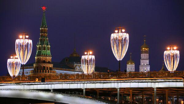 Новогодняя иллюминация на Большом Каменном мосту в Москве