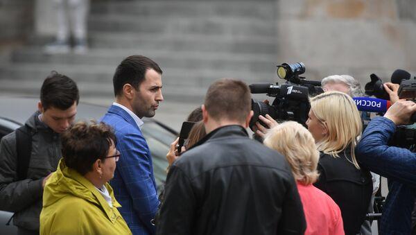 Президент Ассоциации предпринимателей по развитию бизнес-патриотизма в России Аванти Рахман Янсуков общается с журналистами