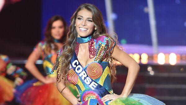 Мисс Корсика Eva Colas выступает во время конкурса Мисс Франция-2018 в Шатору, Франция. 16 декабря 2017 года