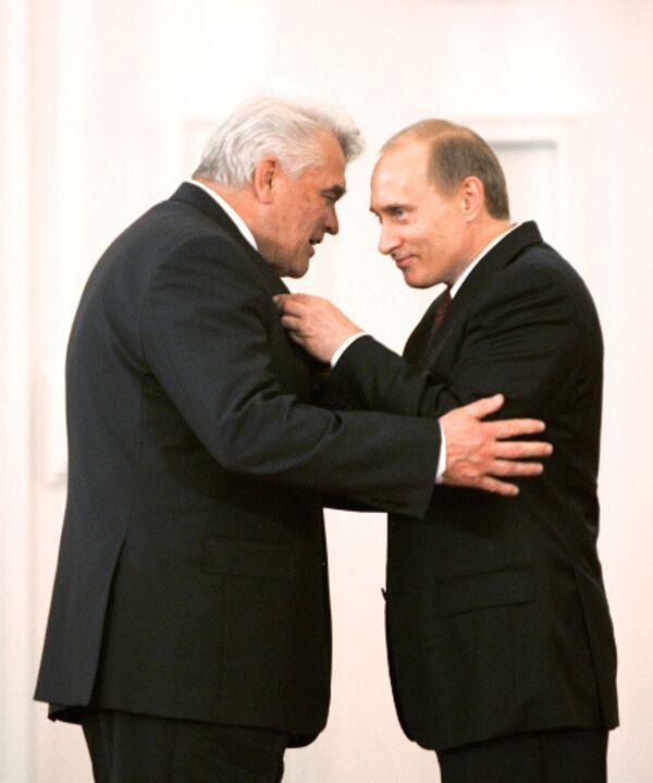 Математик Людвиг Фаддеев получает Государственную премию из рук Владимира Путина