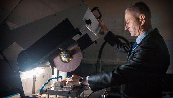 Евгений Гореликов обрабатывает образец магнита