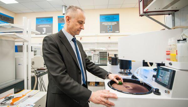Евгений Гореликов проводит лабораторные испытания образца магнита для сканера МРТ