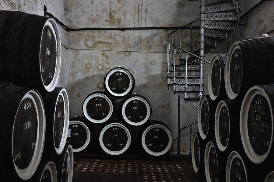 Дубовые бочки для выдержки вина марки Херес в подвале одного из филиалов винзавода Массандра