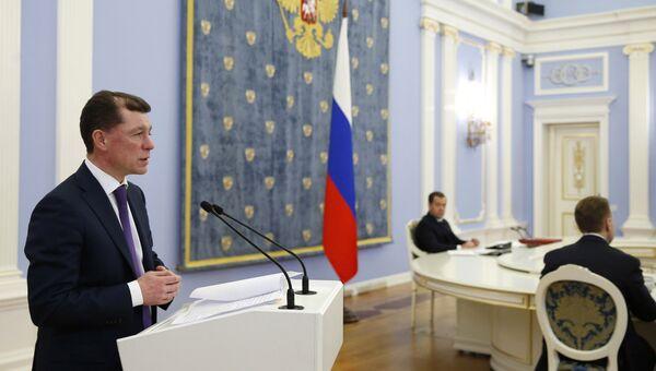 Председатель правительства РФ Дмитрий Медведев слушает выступление министра труда и социальной защиты РФ Максима Топилина  на заседании правительства РФ. 21 декабря 2017