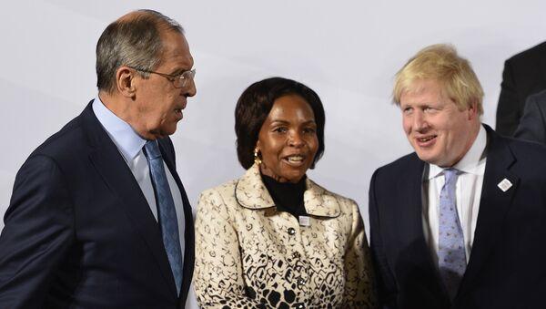 Министр иностранных дел Великобритании Борис Джонсон рядом с министром иностранных дел России Сергем Лавровым пред съемкой групповго фото встречи министров иностранных дел стран Большой двадцатки во Всемирном конференц-центре. 16 февраля 2017