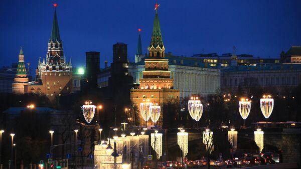 Новогодняя иллюминация на Большом Каменном мосту в Москве. Архивное фото