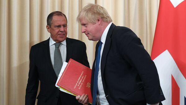 Министр иностранных дел России Сергей Лавров и министр иностранных дел Великобритании Борис Джонсон во время встречи