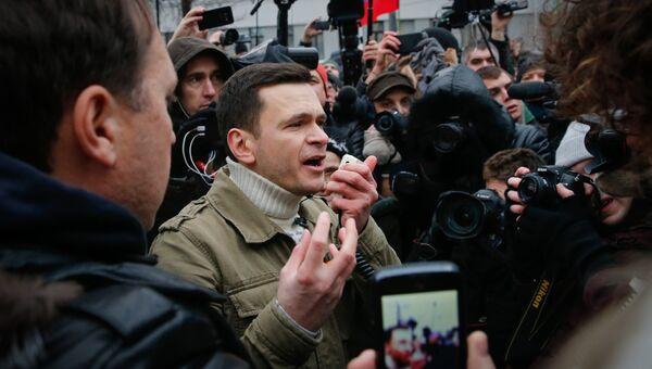 Российский оппозиционер Илья Яшин выступает во время несанкционированного митинга в Москве. 24 декабря 2017