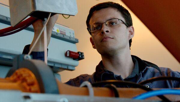 Сотрудник лаборатории автоматизированного машиностроения кафедры технологий промышленного производства ДВФУ. Архивное фото
