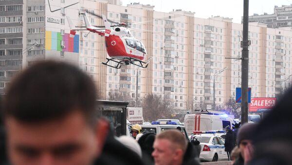 Вертолет экстренной медицинской помощи на месте происшествия, где автобус въехал в подземный переход у станции метро Славянский бульвар