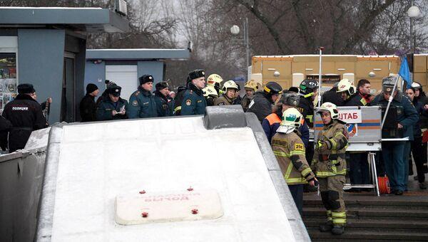 Автобус въехал в подземный переход на станции метро Славянский бульвар в Москве