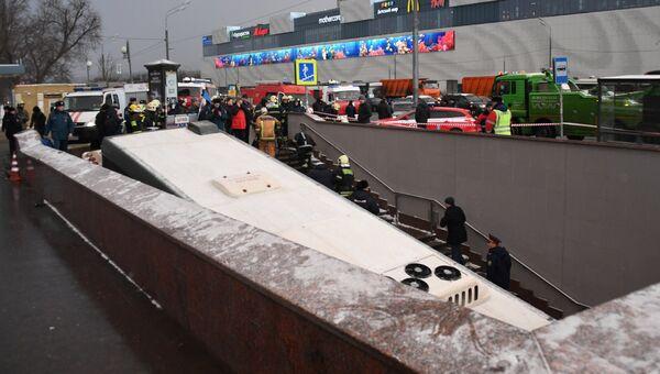 Автобус въехал в подземный переход у станции метро Славянский бульвар в Москве