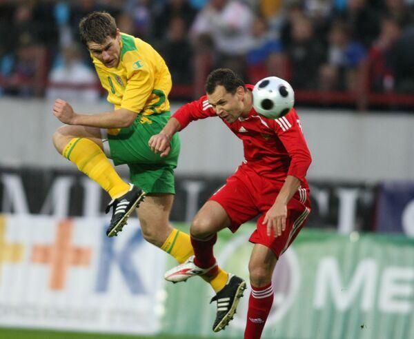 Сергей Игнашевич и Сэм Воукс  во время опервого матча отборочного турнира чемпионата мира-2010 между сборными России и Уэльса