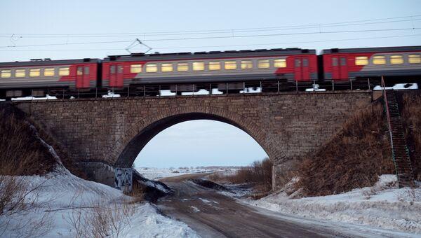 Электропоезд на Транссибирской железнодорожной магистрали вблизи Новосибирска. Архив