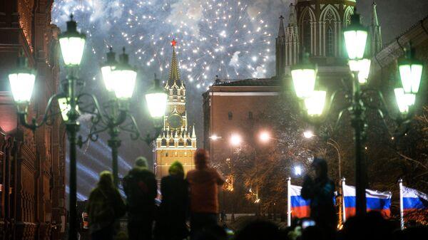 Жители Москвы и туристы во время празднования Нового года на Манежной площади в Москве
