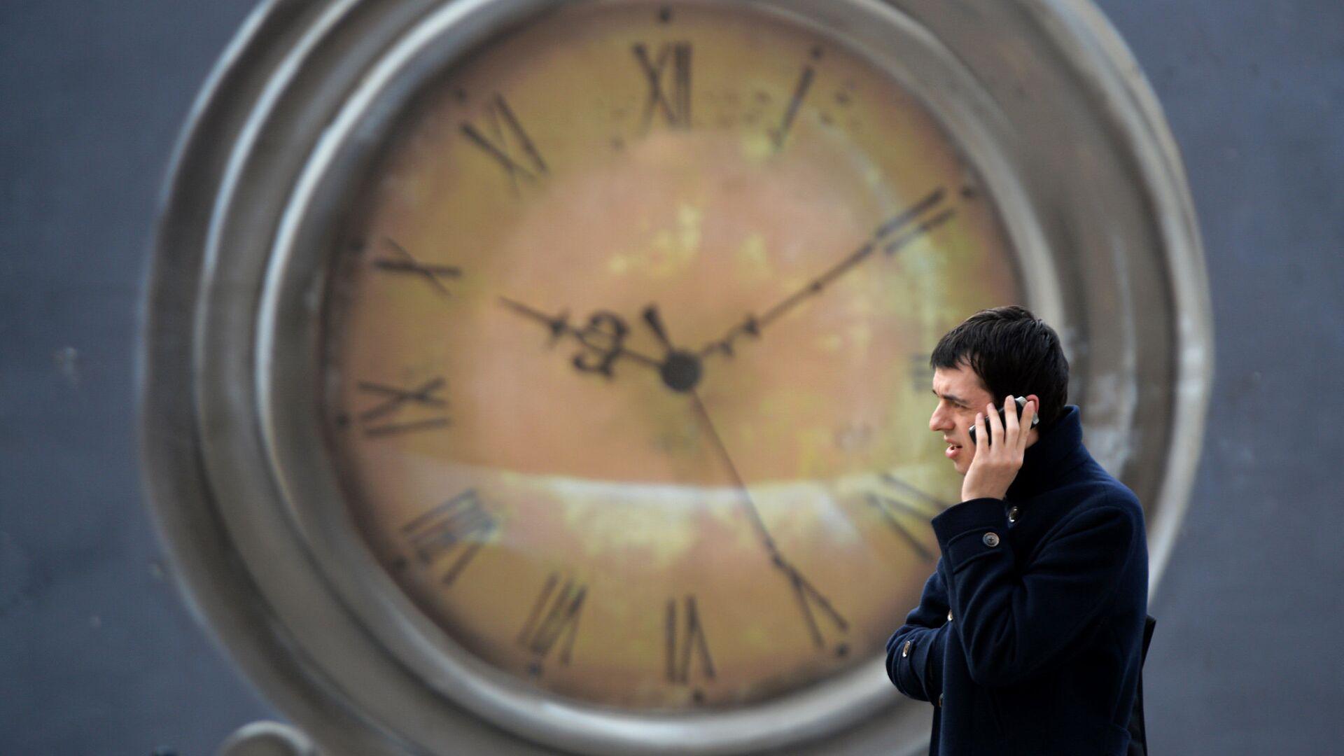 Мужчина разговаривает по телефону - РИА Новости, 1920, 13.01.2021