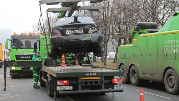 Эвакуация автомобиля, участвовашего в столкновении пассажирского автобуса с остановкой на Сходненской улице в Москве. 29 декабря 2017