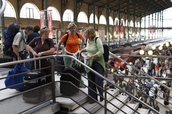 Пассажиры поезда Евростар на вокзале в Париже