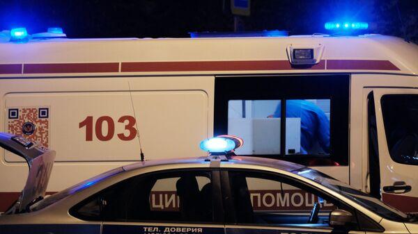 Автомобили полиции и скорой медицинской помощи на улице Москвы