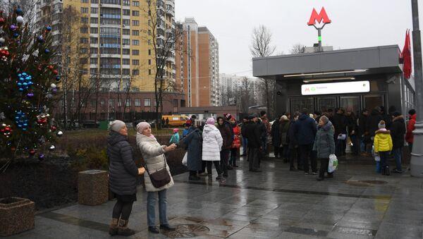 Пассажиры у вестибюля станции метро Ховрино. Архивное фото
