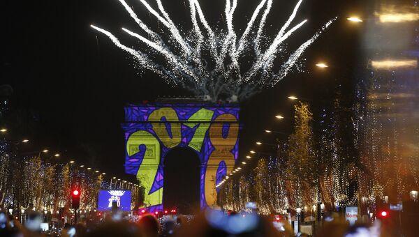 Праздничный салют над Триумфальной аркой во время празднования Нового года в Париже. Архивное фото