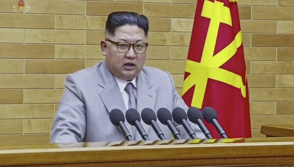 Лидер КНДР Ким Чен Ын во время поздравления граждан КНДР с Новым годом на Центральном телевидении Северной Кореи. 1 января 2018